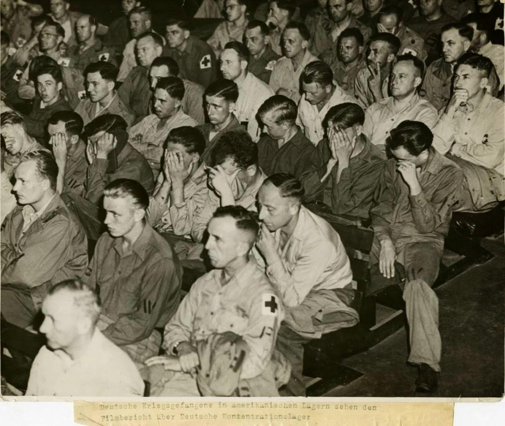 Soldados alemanes reaccionan a las imágenes de los campos de concentración, 1945