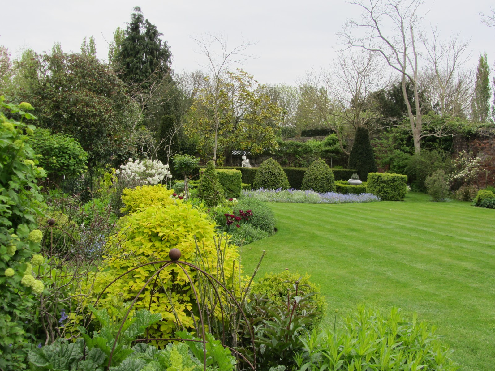 Ham photos rear garden at ormeley lodge - Moving A South And Back Towards The House We Can Look Back Over The Lawn Towards The Sunken Garden We Have Just Left From Here The White Statue That Was So