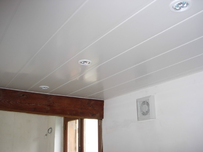 Poser du lambris pvc au plafond for Pose d un lambris bois au plafond