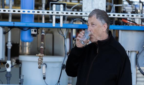 كوب الماء الذي يشرب منه بيل غيتس في الصورة، ليس كوبًا عاديًا على الإطلاق!