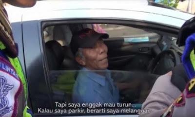 Polisi Adu Mulut dengan Seorang Kakek Tua
