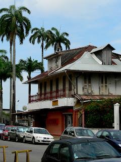 Guyane, Cayenne : ville au bord de la place des Palmistes