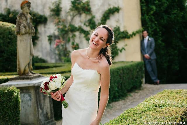 sposa bellissima con vestito a sirena