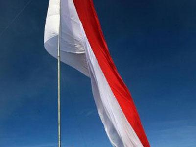 Pamtas Kibarkan Sangsaka Merah Putih Delapan Meter di Perbatasan Indonesia-Malaysia