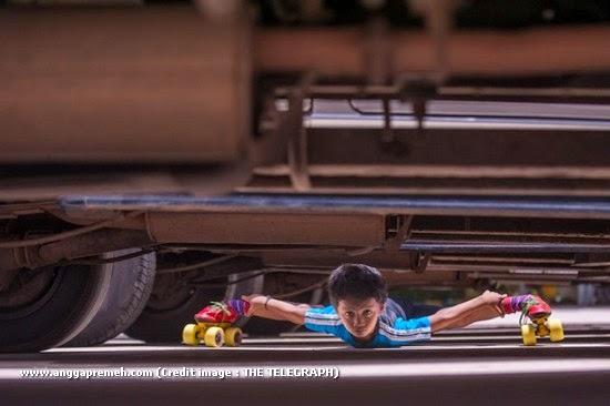 Dalam 29 Detik Anak Berusia 6 Tahun Ini Melewati 39 Kolong Mobil (gambar 1)
