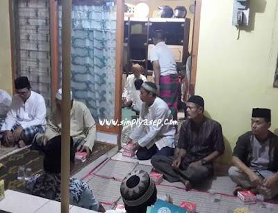 TAHLILAN : Suasana berlangsungnya malam kedua Tahlilan yang berlangsung di rumah duka Jalan Sarbini No 73 Komplek Inkopol Bekasi.  Foto Asep Haryono
