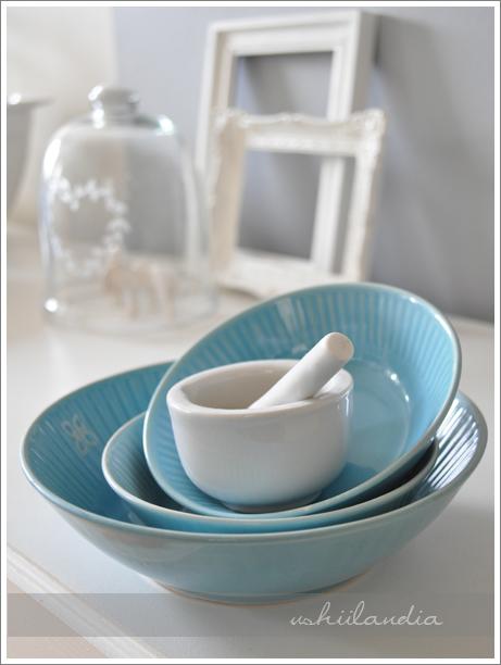 błękitne dodatki kuchenne - stare miski ceramiczne