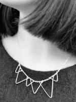 http://conideade.com/blog/como-hacer-un-collar-con-alambre-en-forma-de-triangulo/2619