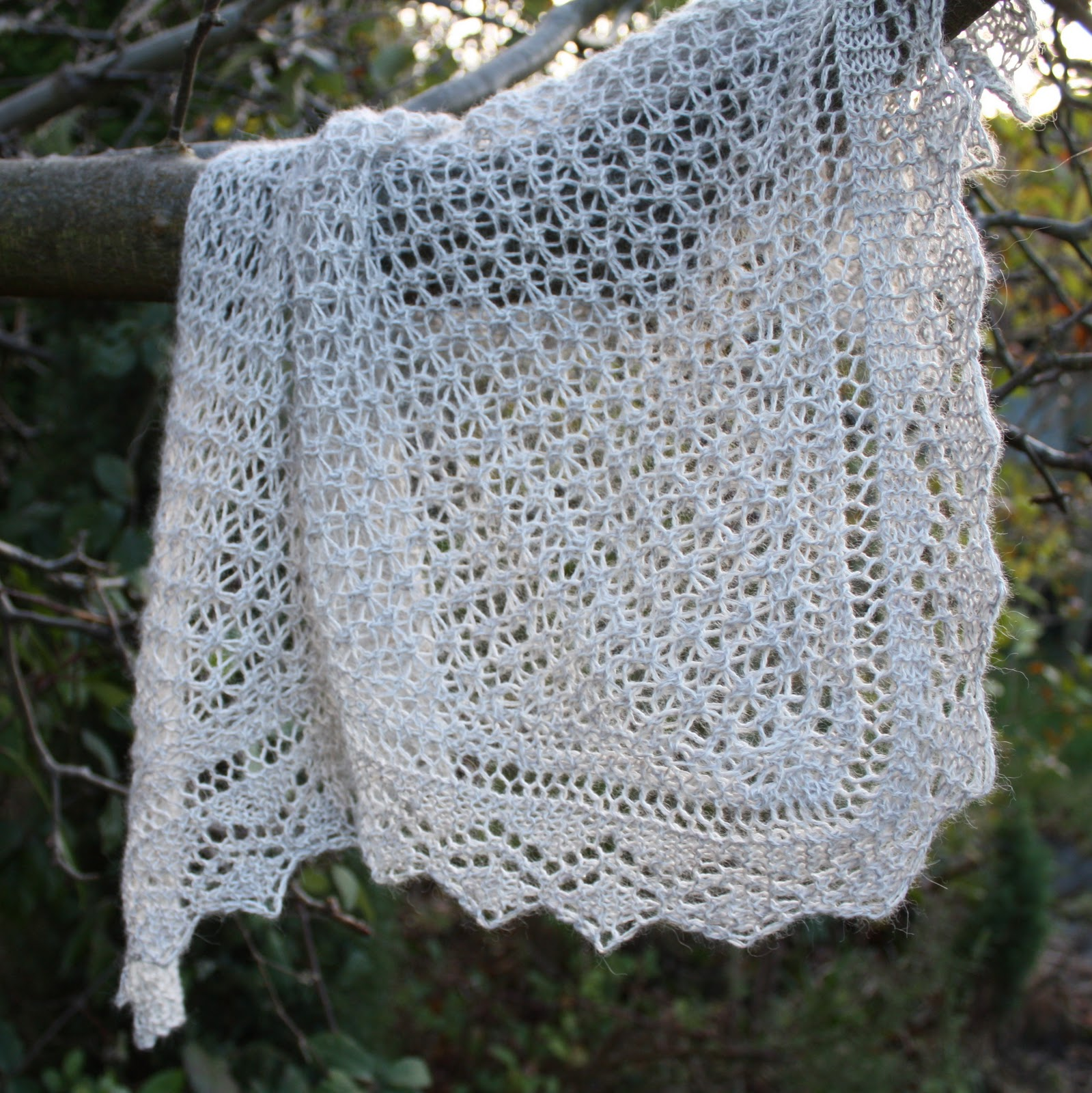 Knitted Flowers Free Patterns : Shetland Lace Triangle - Fail Mezzamay