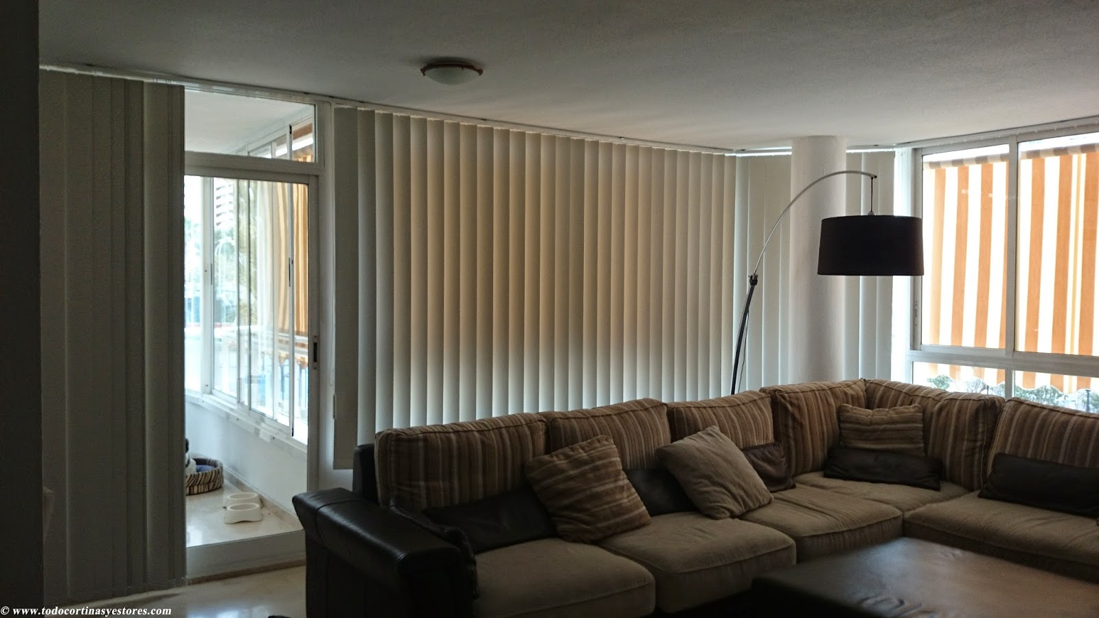 Decoracion interior cortinas verticales estores for Cortinas para salon 2015