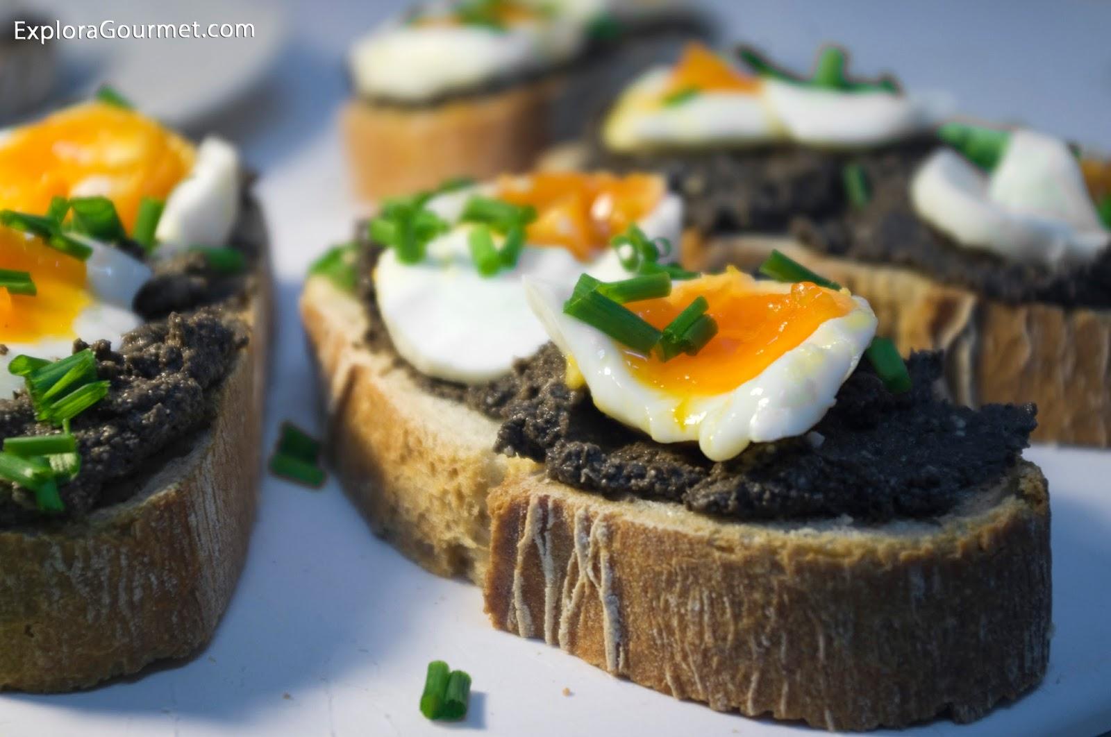 Pan con huevo y pasta de aceitunas negras, nueces y parmesano