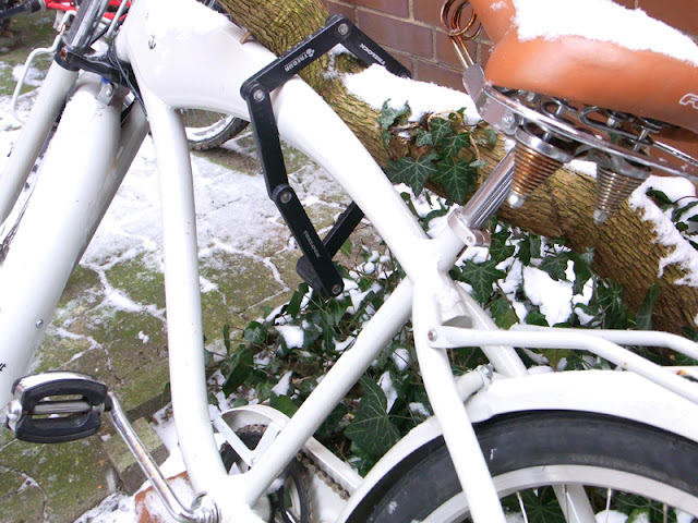 Rad Fahrrad weiß, auf Hof bei Schnee