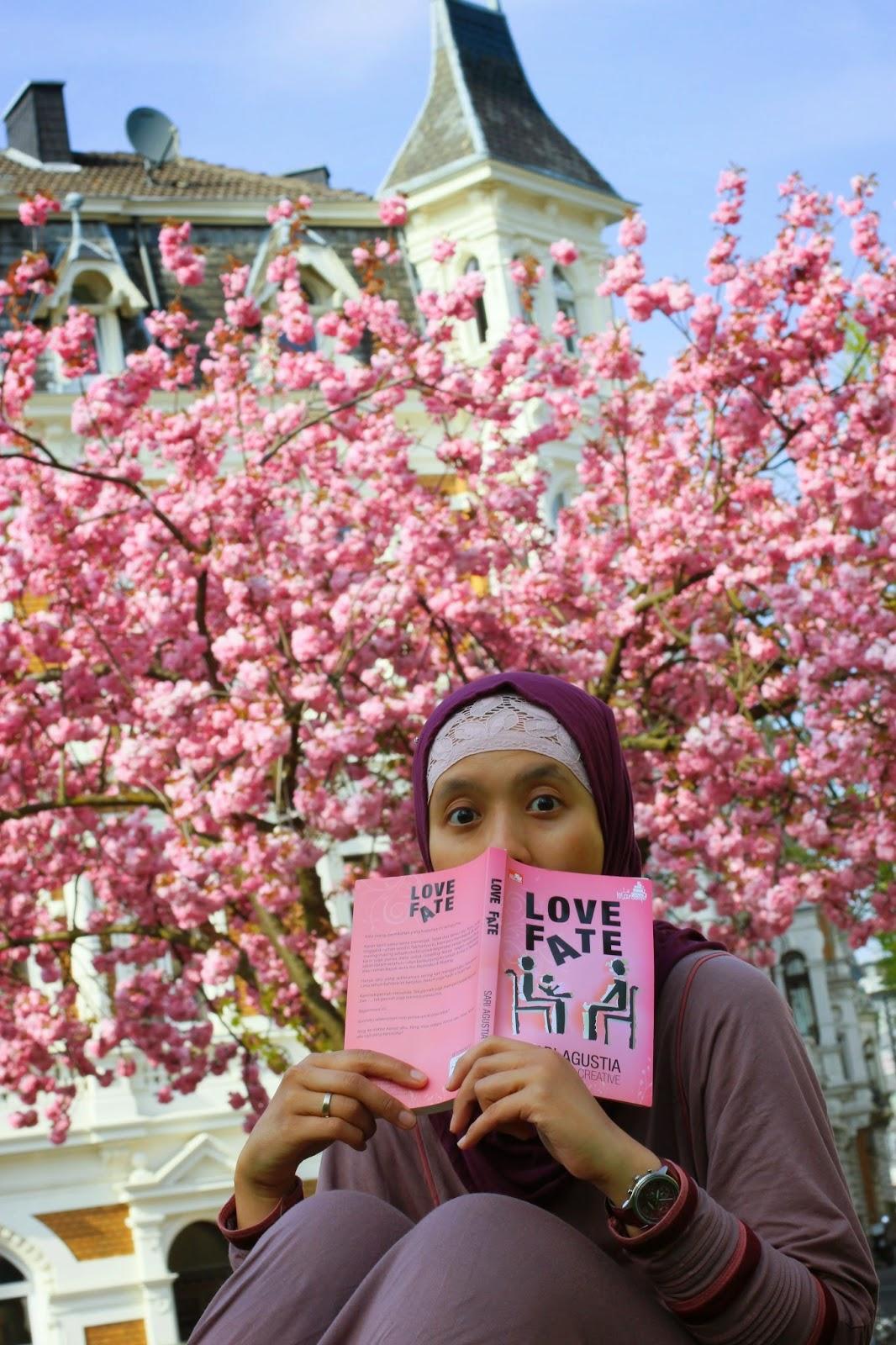 Tia dan buku love fate karangannya