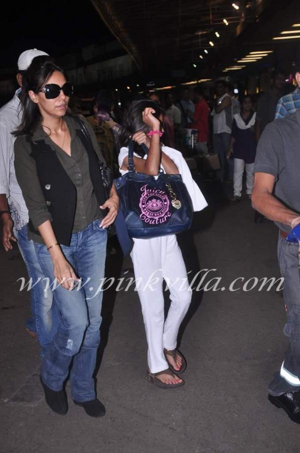 Gauri khan and suhana at airport -  Shahrukh's family leaving for holiday to London
