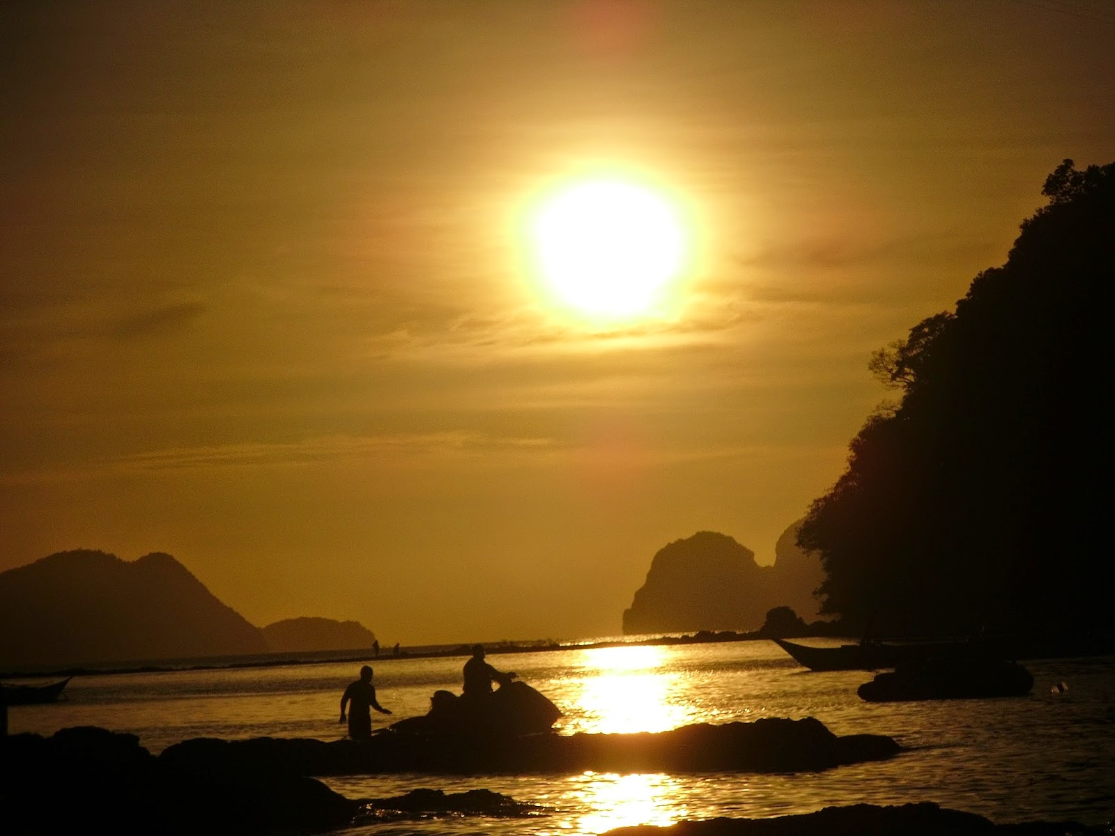 Por do sol na praia Las Cabañas em El Nido