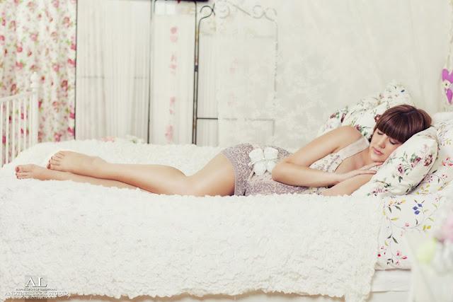 фотосессия девушка лежит на кровати