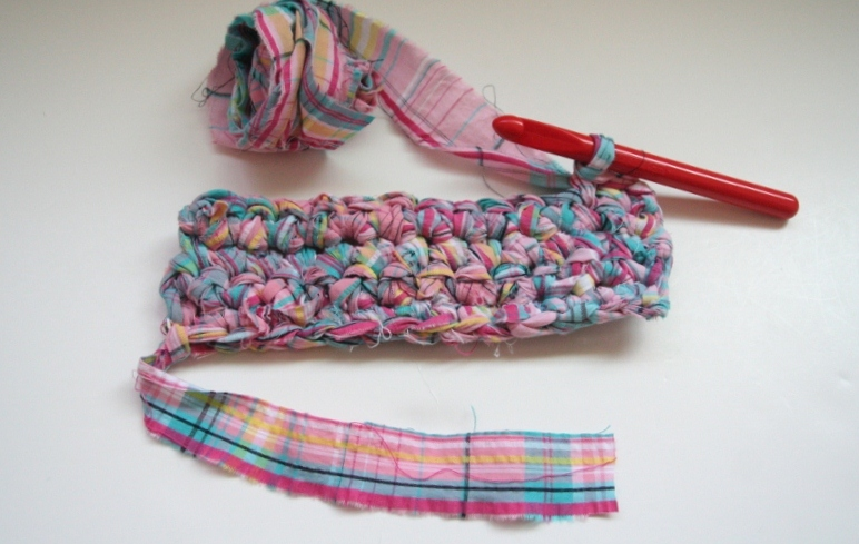 Crocheting Into Fabric : chick chick sewing: Crocheted potholder with fabric strip yarn