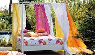 lit baldaquin avec voilages colorés