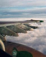 Подкрыльевые пилоны, на переднем плане - подвесной топливный бак.