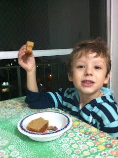 Henrique se deliciando no bolo sem lactose