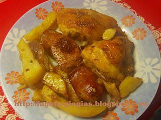 Κοτόπουλο με λουκάνικα στη γάστρα