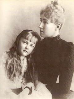 Estefania de Bélgica legítima esposa de Rudolf y a la que este parecía detestar. La niña es hija de la pareja, Isabel María de Austría