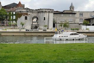 © Le château des Valois, siège de la Maison de cognac Otard, à Cognac. Bateau de plaisance naviguant sur la Charente, au premier-plan. Photographe : Michel GARNIER