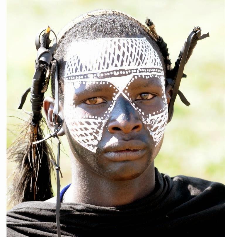 houtskool tekeningen, gezicht, Massai jongen, overgangsritueel, Massai gebruiken, witteverf op gezicht, Tanzania, Afrika, Oost-Afrika