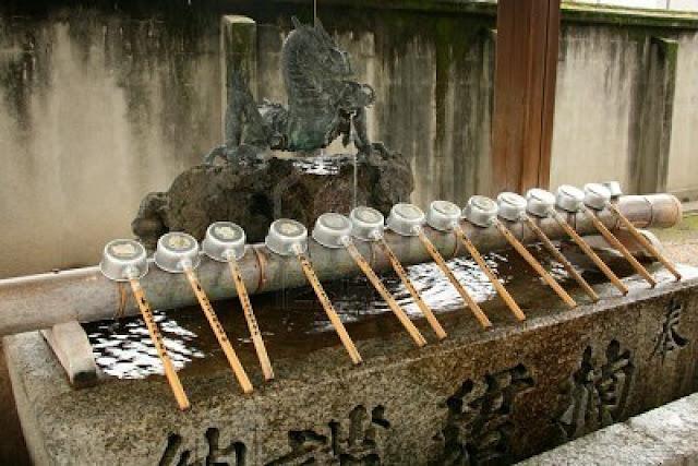 elementos do jardim japonês: tsukubai