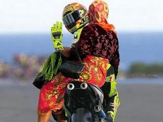 Valentino Rossi Antar Ibu RT ke Pasar Tanah Abang