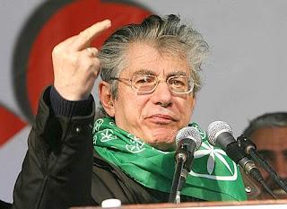Umberto bossi mostra il dito indice