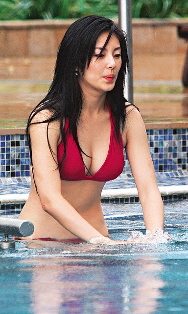 kitty zhang yuqi sexy bikini in the pool 01