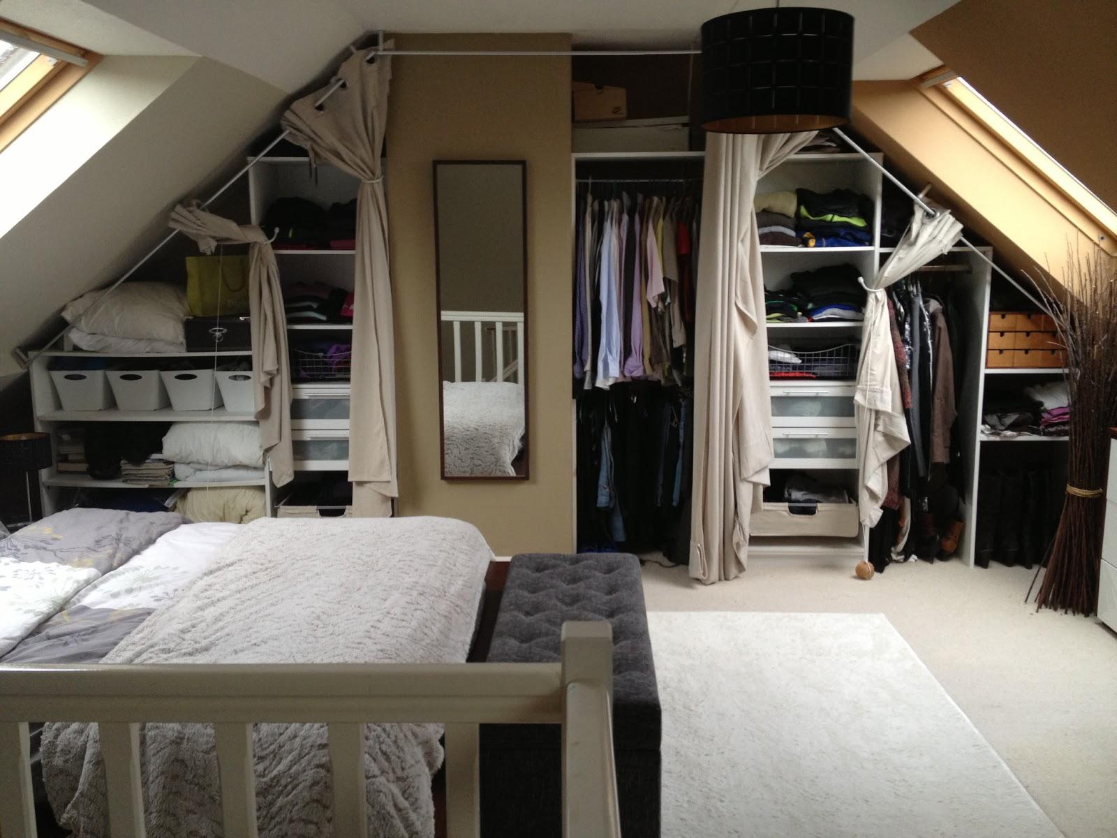 Dressing sous pente avec rideaux et autres d co dressing - Chambre avec plafond en pente ...