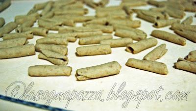 http://lasagnapazza.blogspot.it/2012/02/maccheroni-integrali-fatti-mano-con.html