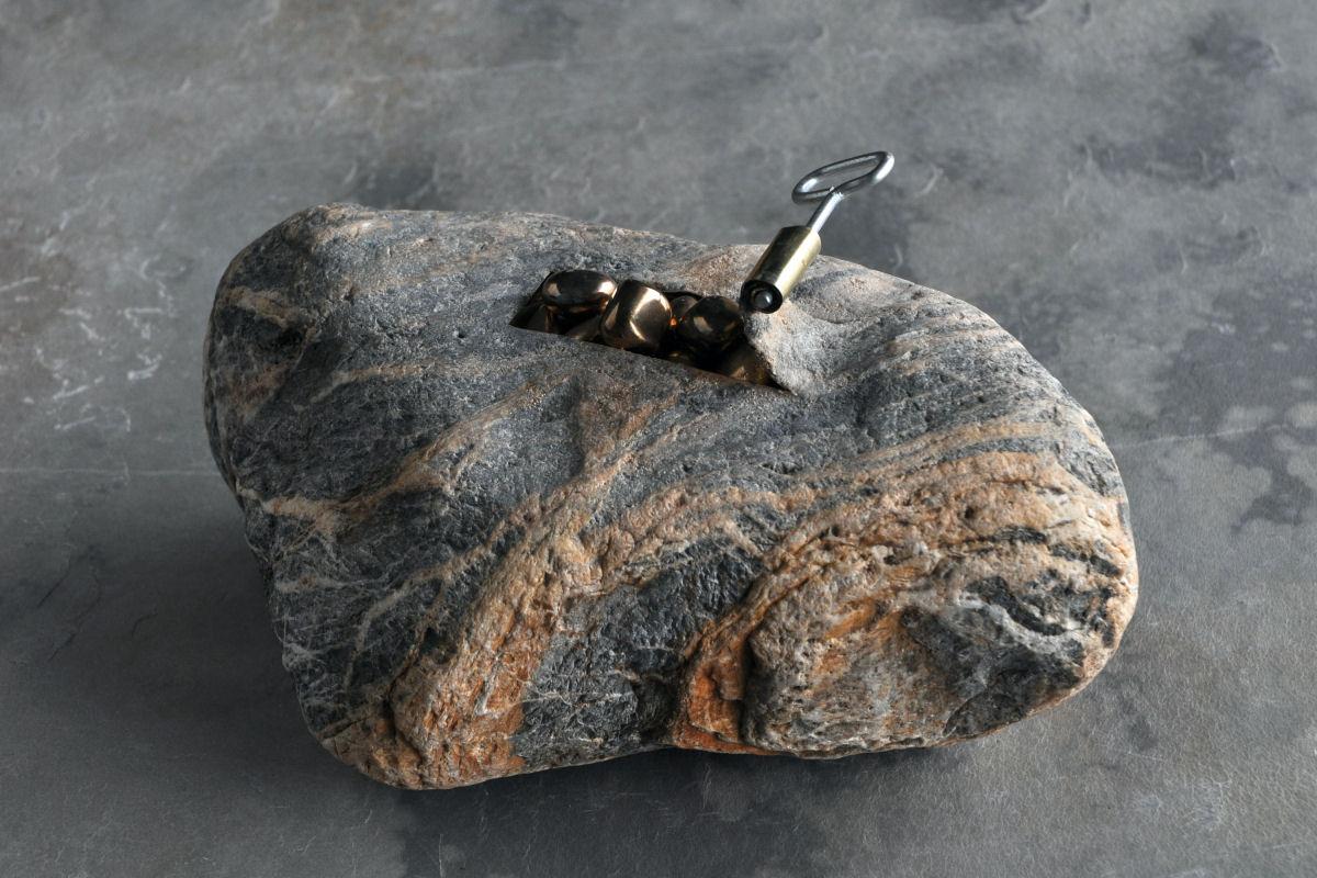 escultura de piedra de jiyuseki que parece una lata