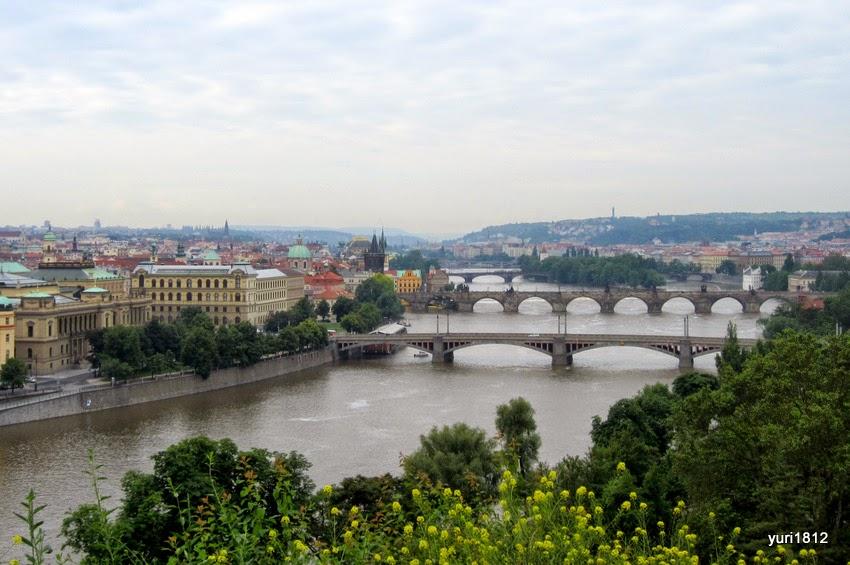 Вид на Манесов мост через Влтаву, за ним - пешеходный Карлов мост.