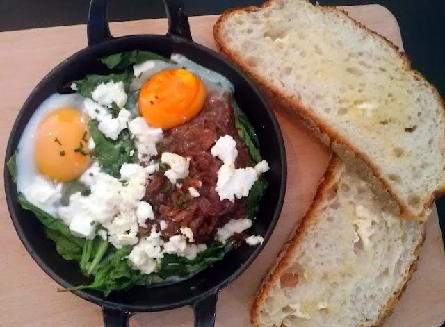 Huevos al horno con espinacas, feta y cebolla gratinada_Federal Madrid.