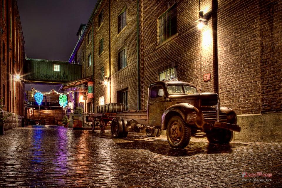 photo de charles bodi representant un vieux camion dans une rue pavé de nuit