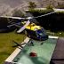 Un helicóptero recoge agua de una piscina para sofocar un incendio
