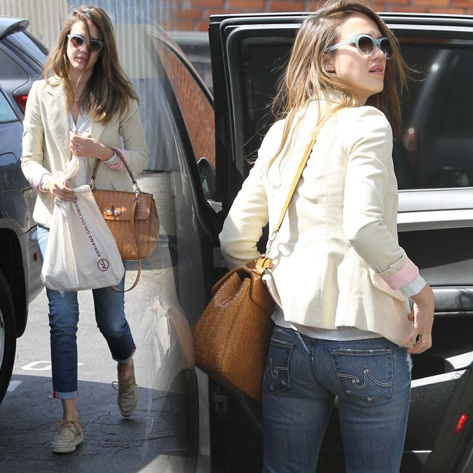 Fotos em HQ: Jessica Alba de jeans deixando aula de dança em Santa Mônica - 06 de Abril de 2012