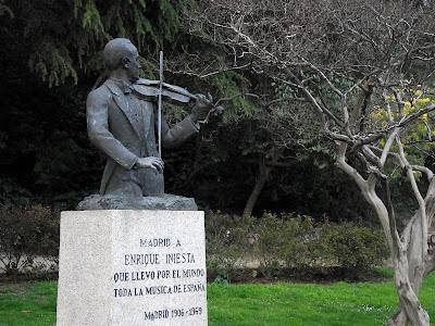 Estatua Enrique Iniesta Cano parque del Berro