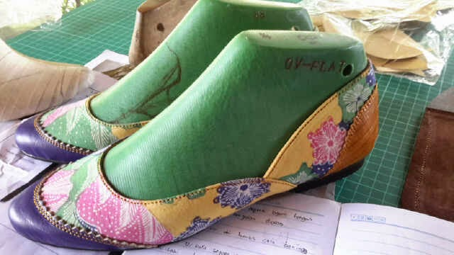 kursus desain sepatu wanita motif batik
