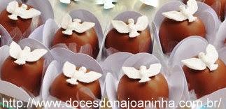 Doces e bombons decorados para batizado com Espírito Santo.