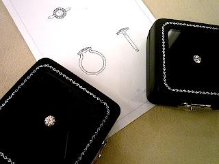 オーダーエンゲージリング(婚約指輪)にセッティングするダイヤモンドも取り寄せました。