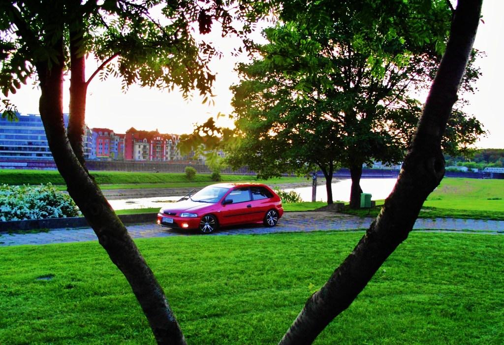 Mazda 323P BA, BH, hatchback, japoński samochód z lat 90, czerwony, tuning, fotki
