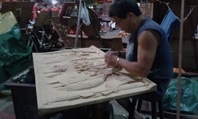Artista entalhando quadro em madeira na Feirinha de Meireles - Fortaleza-CE
