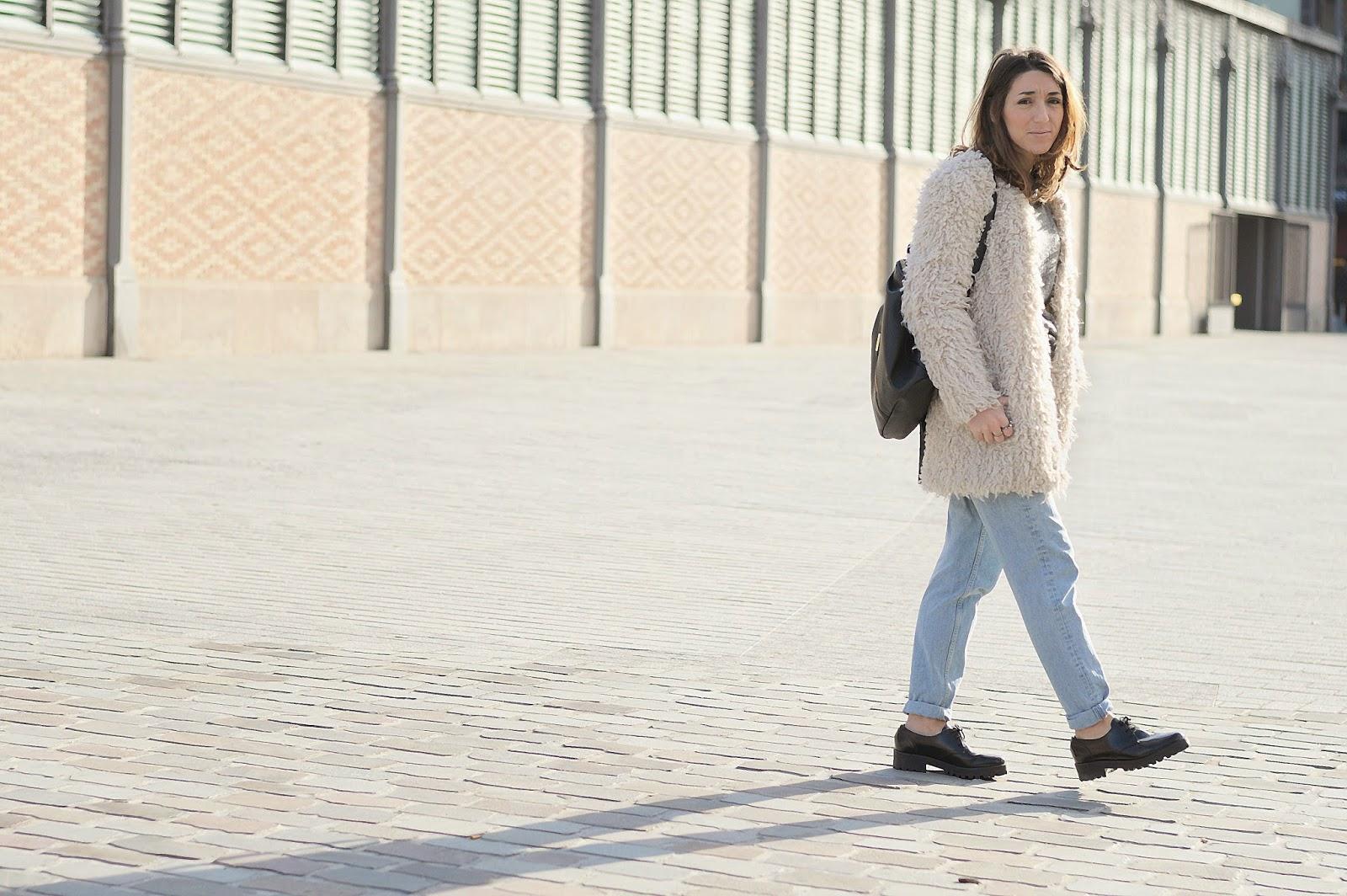 Abrigo Zara, jersey Mango, bolso Pepe Moll, zapatos Urban Outfiters