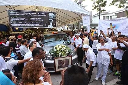 Orang ramai ikuti perarakan pengebumian mendiang Karpal Singh