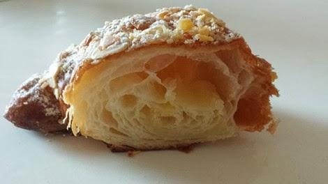 Vue intérieure du croissant aux amandes de la pâtisserie Fauchon.