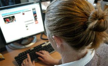 امرأة تستخدم كمبيوتر حاسوب - استخدام الإنترنت جيد ومفيد للدماغ  - internet_people